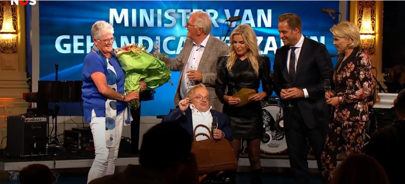 Rick Brink Zojuist Verkozen Als Minister Van Gehandicaptenzaken Op Het Podium Met Enkele BN'ers